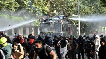 La police emploie des canons à eau contre des manifestants à Santiago du Chili, le 4 novembre 2019