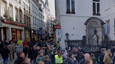 La rue de l'Étuve, en plein cœur du quartier historique de Bruxelles, célèbre pour son Manneken-Pis , ses boutiques de souvenirs, de chocolats, de frites et de gaufres.