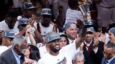 Lebron James avec le trophée de PVP de la finale NBA