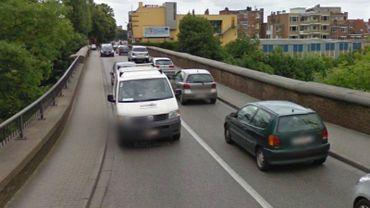 Le pont Fraiteur, à Ixelles, est fort étroit. Deux bus ne peuvent passer en même temps.