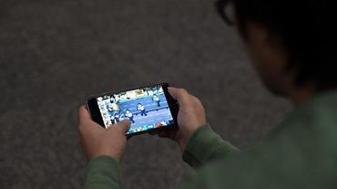 """Le marché des jeux vidéos sur mobile mise actuellement sur le cinéma, la clientèle féminine ou la gratuité pour créer de """"l'addiction"""", explique un professionnel"""