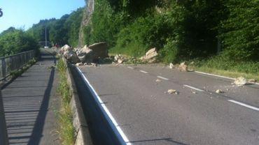 La N96 encombrée par l'énorme rocher qui s'est effondré ce lundi et qui a explosé en plusieurs morceaux
