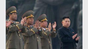 Le leader nord-coréen Kim Jong-Un accompagné de responsables militaires le 13 avril 2012 à Pyongyang