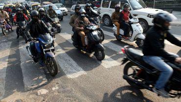 Des deux-roues dans les rues de New Delhi, le 31 décembre 2015