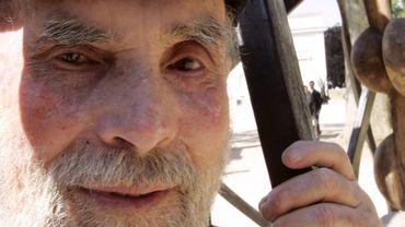 Le sculpteur brésilien d'origine polonaise Frans Krajcberg pose avec une de ses oeuvres, le 08 juin 2005 dans le parc de Bagatelle à Paris