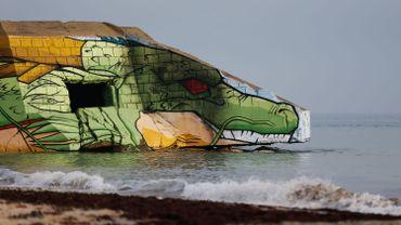 Sur les plages normandes, deux streets-artistes graffent de la pop culture sur les bunkers