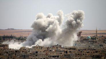 Un bâtiment en fumée après une attaque aérienne dans la ville de Deraa, au sud de la Syrie, le 14 juin 2017