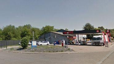 """Le braquage a eu lieu dans la partie """"magasin"""" d'une station-service située sur la rue Winston Churchill, à Courcelles."""