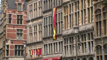 Les drapeaux belges trônent sur la grand place d'Anvers