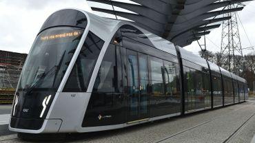 Un tram de la société Luxtram, est photographié dans une rue de Luxembourg le 24 novembre 2017.