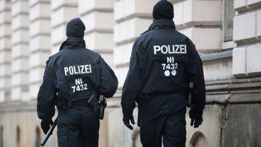 Deux policiers allemands patrouillent devant le tribunal de Celle, le 7 novembre 2017