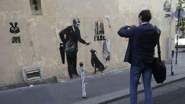 Le mystérieux street-artiste britannique Banksy a fait de son art de rue un moyen de protestation et se joue de sa récupération à des fins commerciales.