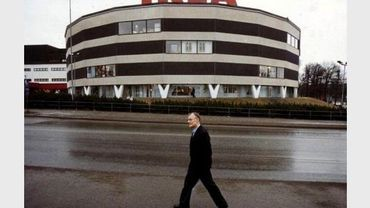 Le Suédois Ingvar Kamprad devant le premier magasin Ikea, à Stockholm, en février 1989