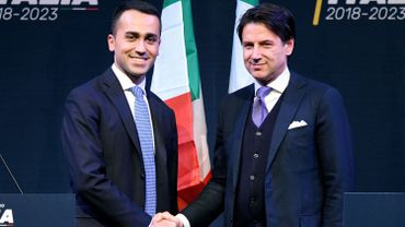 Luigi Di Maio (gauche), serre la main de Giuseppe Conte (droite).