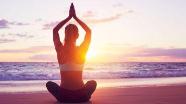 Une étude montre que les personne qui souffrent d'arthrite pourraient se sentir mieux en suivant des cours de yoga réguliers.