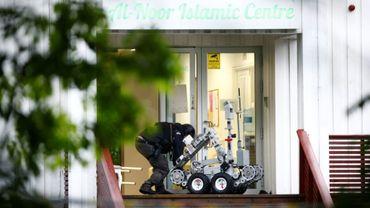 Un policier norvégien manipule un robot après la fusillade dans un mosquée près d'Oslo, à Baerum, le 10 août 2019