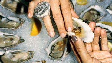 & Other Stories s'associe à la créatrice Mia Larsson pour créer une collection de bijoux durables réalisée à partir de coquilles d'huîtres.