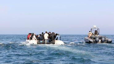 Des gardes-côtes libyens escortent une embarcation transportant des migrants le 6 juin 2015 au large de Tripoli