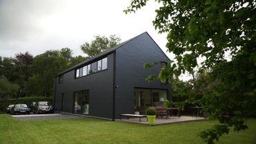 Maison compacte et monolithique à budget serré