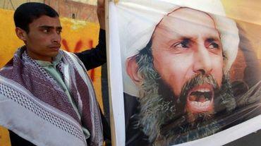 A Sanaa au Yémen, un manifestant brandit le portrait du dignitaire religieux chiite saoudien Nimr Baqer al-Nimr le 18 octobre 2014