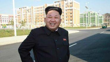 Le dirigeant nord-coréen Kim Jong-Un pendant son inspection d'un nouveau complexe résidentiel à Pyongyang, le 14 octobre 2014
