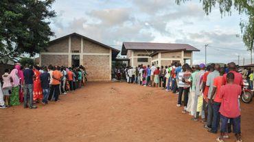 Les Burundais font la queue pour voter le 17 mai 2018 à Ngozi dans le nord du Burundi
