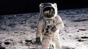 En se posant sur la Lune en 1969, les Américains Neil Armstrong et Buzz Aldrin ont foulé du pied un astre qui alimentait les fantasmes de l'Homme depuis des siècles.
