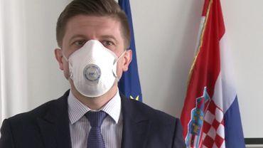 Le premier ministre Croate Zdravko Maric, a présidé ce conseil virtuel. Dans une vidéo il parle du contenu inédit de la téléconférence, un masque sur le visage.