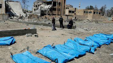 Des corps retrouvés dans une fosse commune à Raqa (Syrie), le 23 avril 2018.