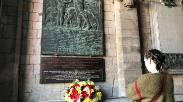 La nouvelle plaque, sous l'ancienne. Deux visions de l'histoire du Congo, sous le porche de l'Hôtel de Ville de Mons