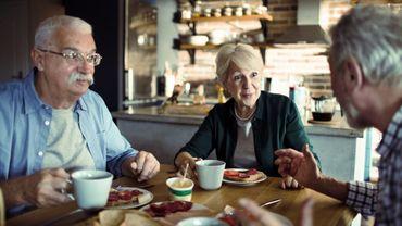 Les seniors s'épanouissent davantage au sein de petits cercles d'amis.