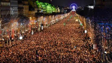 Les Champs-Elysées à Paris, le soir du nouvel an.