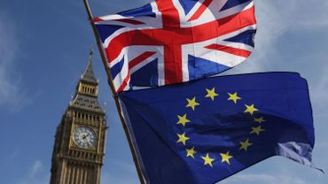 Les drapeaux du Royaume-Uni et de l'Union européenne.