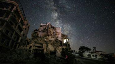 Photo longue exposition de la voie lactée au-dessus des ruines de la ville syrienne d'Ariha, située dans la province d'Idleb, le 27 juin 2020
