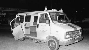 Un combi de police venu sur les lieux d'une tuerie à Alost en septembre 1985.