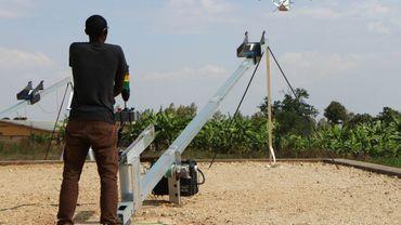 Propulsé à 80 km/h un drone qui pèse 13 kg et peut transporter une cargaison d'environ1,5 kg, soit 3 poches de sang qu'il larguera à 20 m du sol, s'envole de Muhanga le 12 octobre 2016.