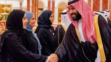 Le prince Mohamed ben Salmane salue des femmes avant une rencontre avec le prince d'Abou Dhabi, le 6 juin 2018 à Jeddah sur les rives de la mer Rouge.
