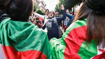 Une femme scande des slogans lors de manifestations des étudiants antirégime à Alger, le 3 décembre 2019