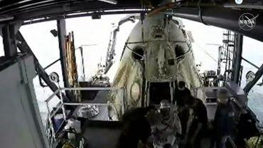 La capsule SpaceX avec deux astronautes à bord a amerri dans le golfe du Mexique.