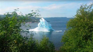 Un iceberg bascule dans une baie au Canada