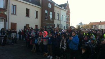 500 élèves, les bras en l'air, pour soutenir leurs camarades de classe