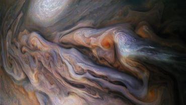 Le cliché a été pris alors que La sonde Juno se trouvait à 7400 kilomètres du sommet des nuages de la planète.