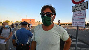 Des vacanciers revenant de Sardaigne par ferry font la queue pour être testé pour le COVID-19, le 23 août 2020 au port de Civitavecchia, au nord-ouest de Rome.