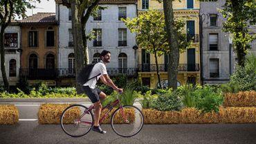 Le concept PAILLEline consiste à créer en milieu urbain des pistes cyclables temporaires délimitées par des bottes de paille.