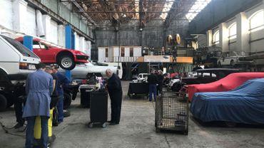 Le gigantesque garage de Philippe accueille depuis peu des collectionneurs qui louent des espaces de travail totalement équipés.