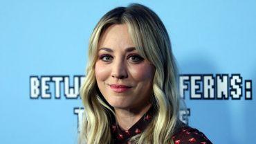"""Outre le fait d'incarner le personnage principal dans le drame """"The Flight Attendant"""", Kaley Cuoco produit également la série."""