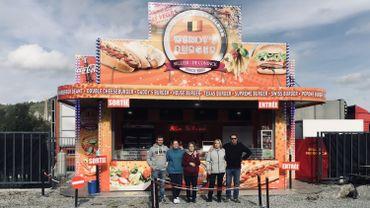 La famille Sellier - De Coninck a décidé d'ouvrir sa baraque à hamburgers devant chez elle.