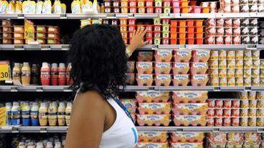 Une employée d'un supermarché