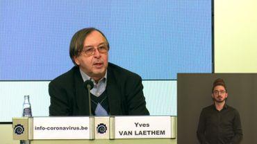 """Yves Van Laethem: """"Non, la vitamine D et le zinc ne sont pas des médicaments miracles contre le covid"""""""
