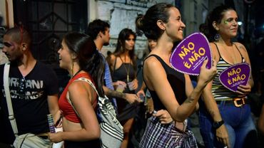 """Avec leurs éventails en carton """"Non c'est Non"""", des femmes participent au carnaval de Rio, le 7 février 2018 et dénoncent le harcèlement sexuel"""